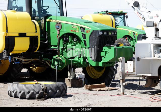 A Bauernhof Traktor repariert wird abgebaut Stockbild