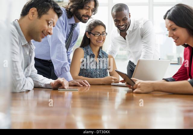 Business-Leute versammelten sich in einem Büro in der Stadt ein Team von fünf Menschen-Männer und Stockbild