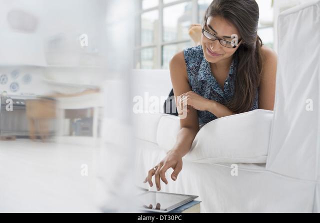Eine Person sitzt bequem in einer ruhigen luftig Büroumgebung mit einem digitalen tablet Stockbild