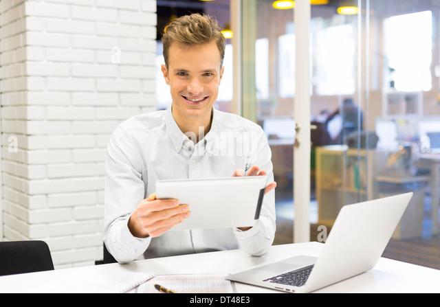 Mann Business Tablet pc Schreibtisch Laptop Nachricht E-mail aussehende Kamera Stockbild