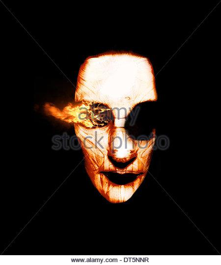 Visionen des Feuers brennen aus dem Auge eines verbrannten Zauberer Kopf In eine erschreckende feurige Erscheinung Stockbild