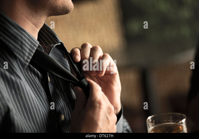 Nahaufnahme von Geschäftsmann Krawatte in der Weinbar lösen Stockbild