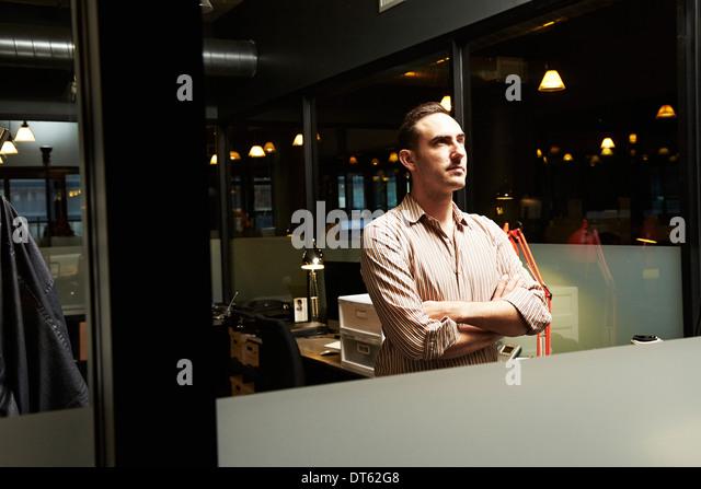 Porträt der Geschäftsmann mit Arme gefaltetes wegschauen Stockbild