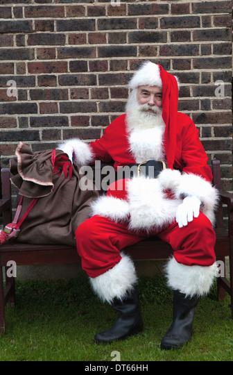 Santa Claus Einnahme Pause auf Bank Stockbild