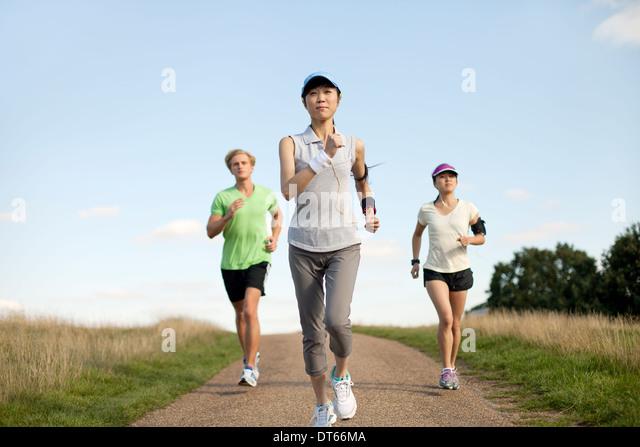 Drei junge Erwachsene Joggen Feldweg Stockbild