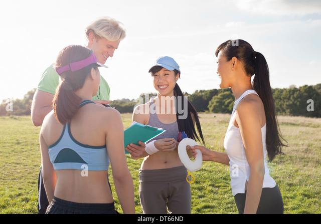Personaltrainer Unterweisung zur Gruppe von clients Stockbild