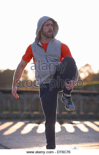 Junger Mann auf einem Bein Strecken Stockbild