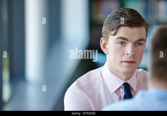 Junger Geschäftsmann in Hemd und Krawatte - Stock-Bilder