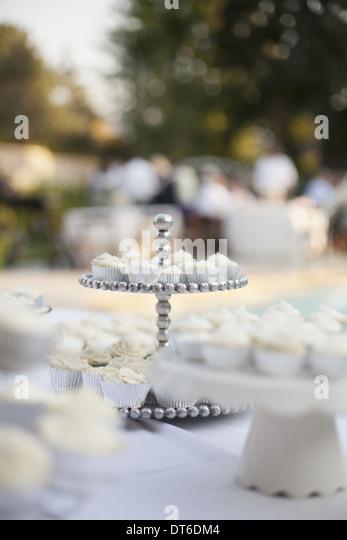 Ein Tisch gedeckt für ein Bankett oder eine Hochzeit Frühstück. Weiße Tischdecke, Etagere und Stockbild