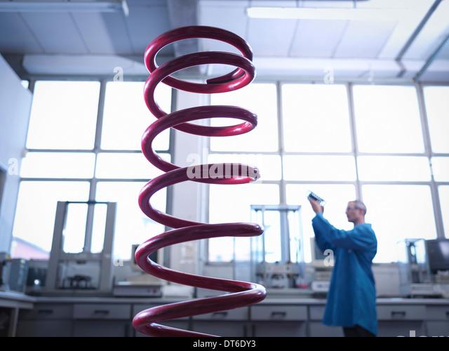 Arbeiter, die Inspektion Frühling im Labor, Fokus auf Vordergrund Stockbild