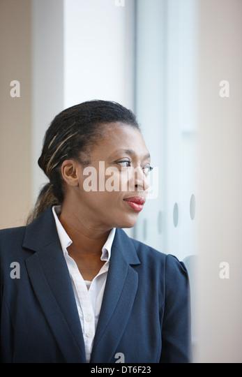 Porträt der Geschäftsfrau wegschauen Stockbild