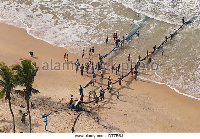 Menschen ziehen in Netzgarnitur für Shorefishing Ghana Ghana Stockbild