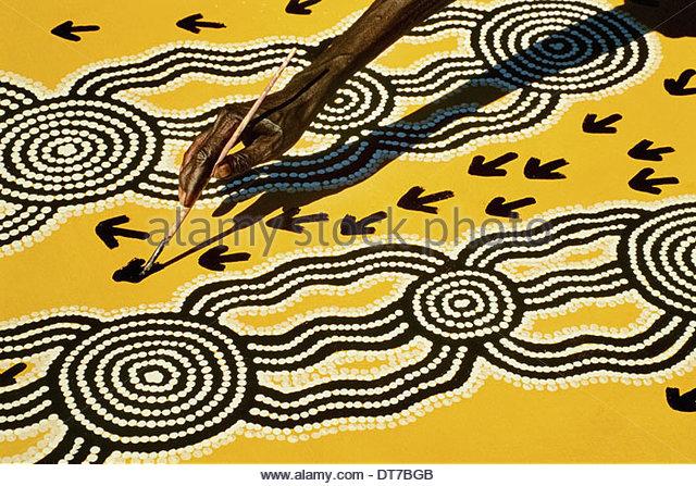 Aborigine-Künstler bei der Arbeit zentrale Wüste Australien Central Desert Australien Stockbild