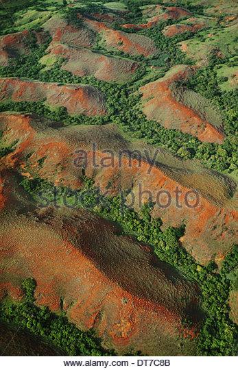 Erodieren Hügel mit fragmentierten Wald in den Tälern eine Luftaufnahme einer erodierenden Landschaft Stockbild