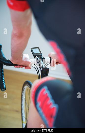 Amateur-Radrennfahrer während einer Sitzung in indoor-training Stockbild