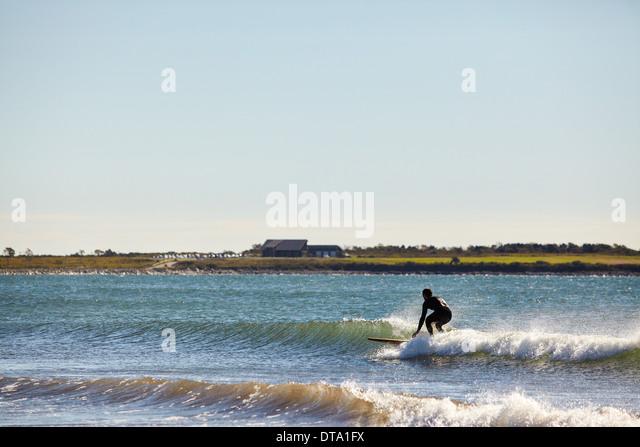 Surfer reiten Welle Stockbild