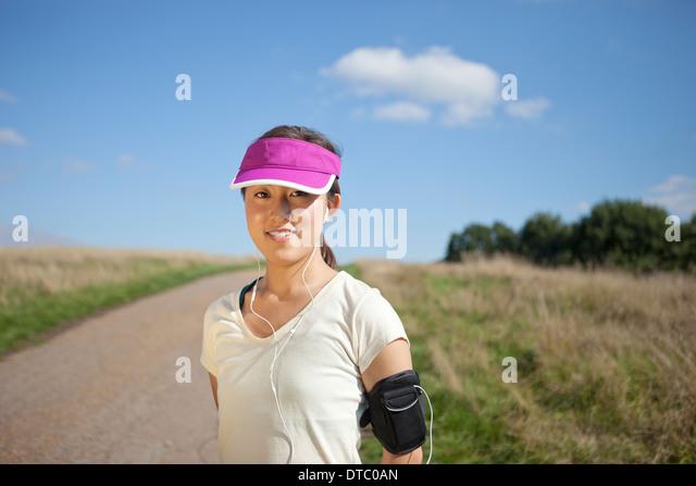 Porträt der jungen weiblichen Läufer auf Feldweg Stockbild