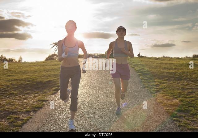 Zwei junge Frauen, die auf Dirt-track Stockbild