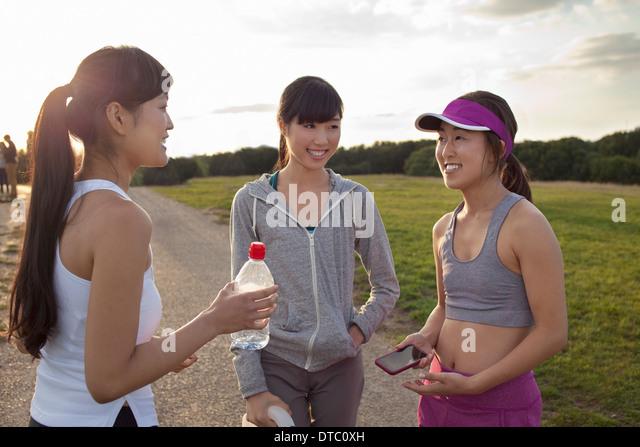 Drei junge Damen im Chat nach Ausführung Stockbild