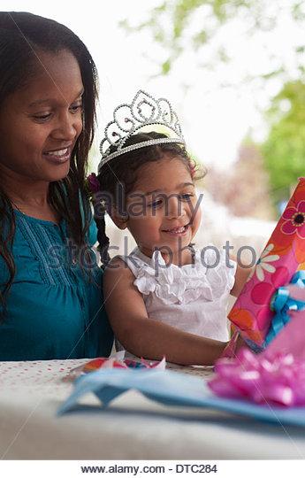 Mutter mit Geburtstagskind Eröffnung präsentiert Stockbild
