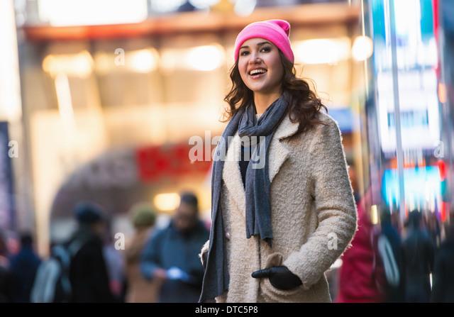 Junge weibliche Touristen erkunden Sie Straßen, New York City, USA Stockbild
