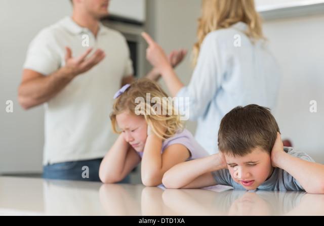 Kinder für Ohren, während die Eltern streiten Stockbild