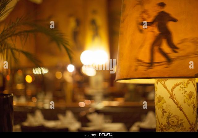 Illustrierte Tänzer auf Lampenschirm im restaurant Stockbild