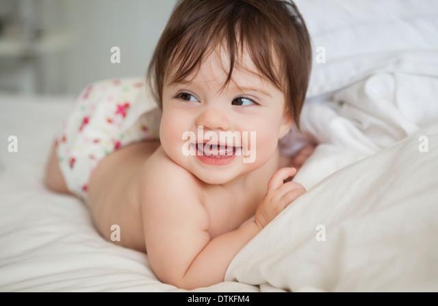 Babymädchen Verlegung in Bettwäsche Stockbild