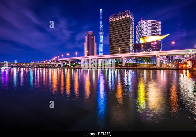 Tokyo Japan Skyline auf dem Sumida-Fluss. Stockbild