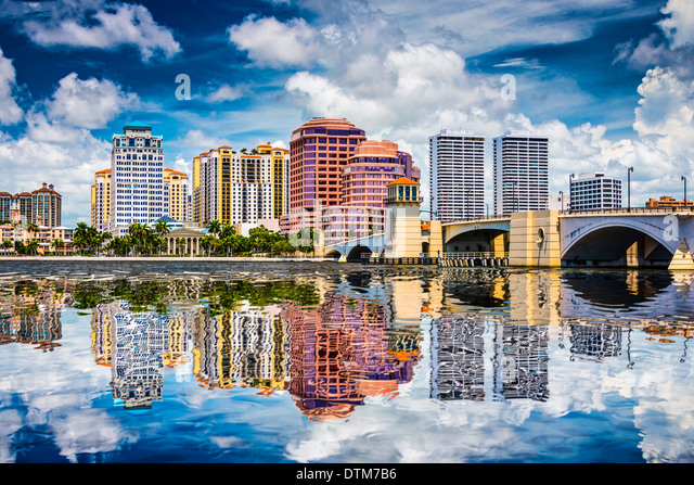 West Palm Beach, Florida, USA Innenstadt über den Intracoastal Waterway. Stockbild