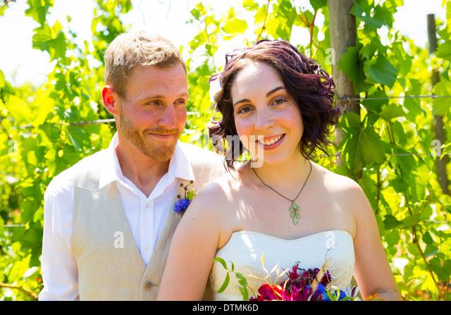Braut und Bräutigam gemeinsam einen Moment und posiert für die Kamera in diesem Porträt der beiden - Stock-Bilder