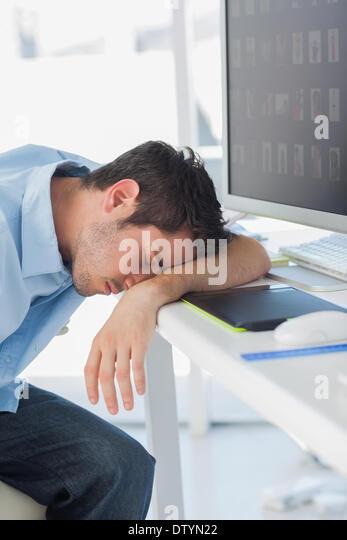 Grafik-Designer schlafen auf seinem keyboard Stockbild