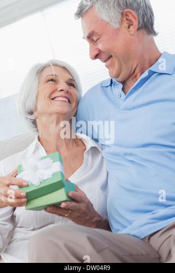 Mann, die Frau ein Geschenk geben Stockbild