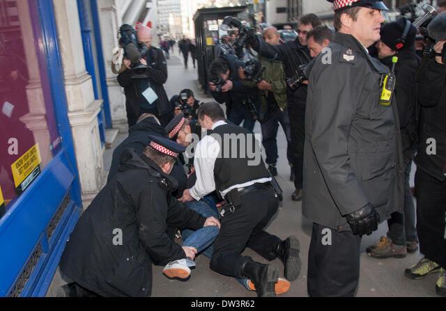 Old Bailey, London 26. Februar 2014. Ein Mann ist von der Polizei bei einem Handgemenge als Mitglieder von mehreren Stockbild