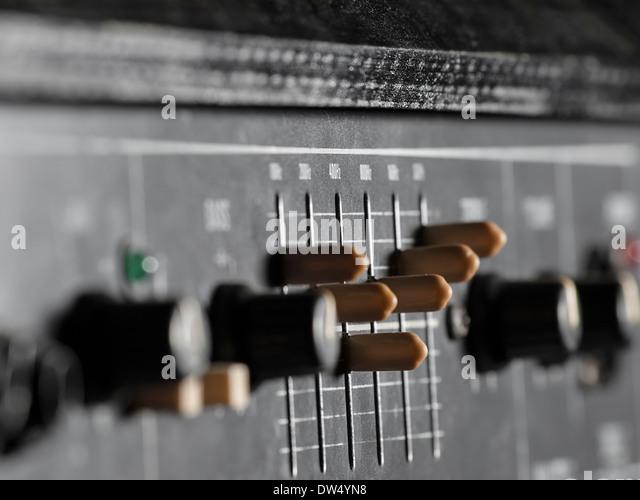 E-Bass Verstärker Closeup, Schwerpunkt Equalizer für Musik, Unterhaltung Stockbild