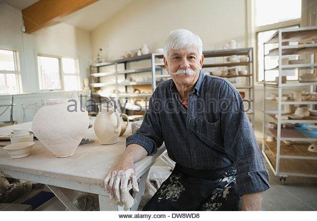 Porträt des Mannes im Keramikatelier Stockbild