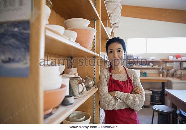 Porträt von zuversichtlich weibliche Potter im studio Stockbild