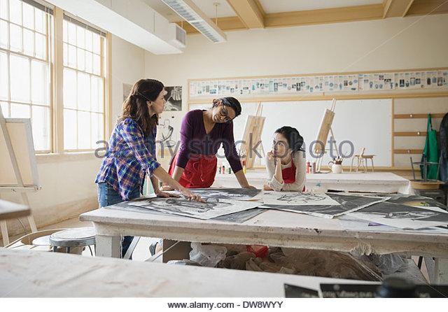 Schüler analysieren Kohlezeichnungen im Kunstunterricht Stockbild