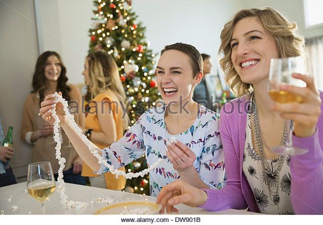 Freunde, die Freizeit gemeinsam zu verbringen, während der Weihnachtszeit Stockbild