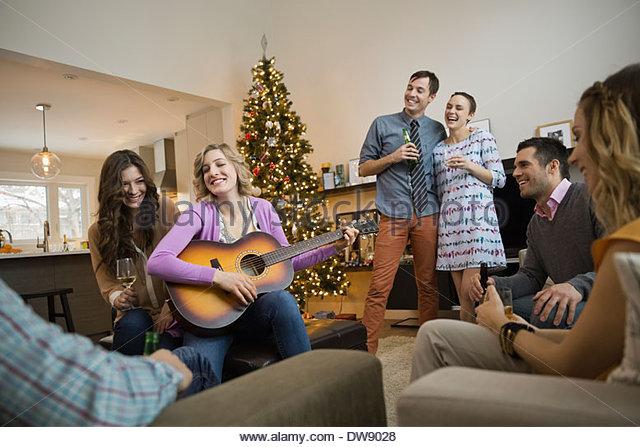 Freunde, die Freizeit gemeinsam zu Hause während der Weihnachtszeit Stockbild