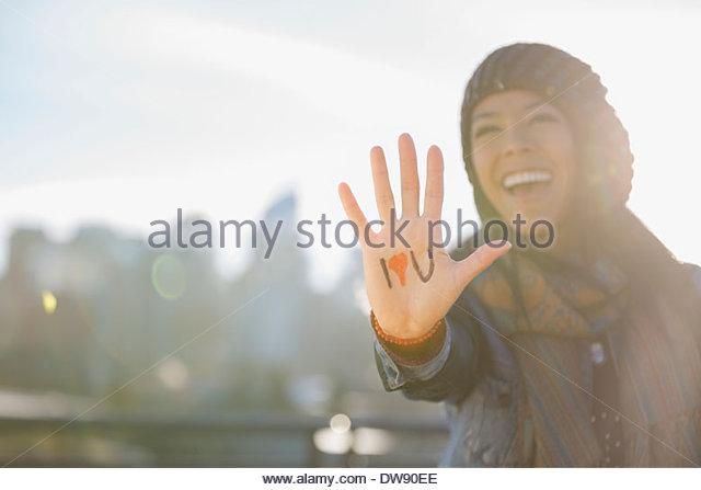 Frau, ich liebe dich Zeichen im freien Stockbild