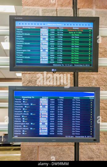 Informationsbildschirme zeigen Ankünfte und Abflüge am Flughafen Pensacola in Pensacola, Florida Stockbild