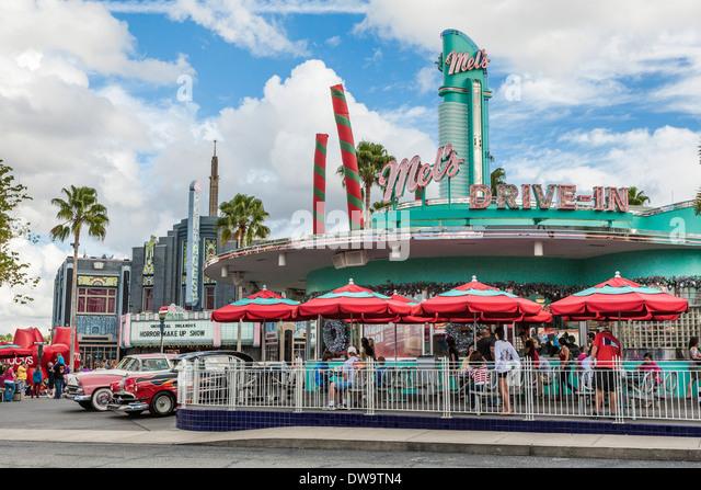 Oldtimer der 50er Jahre auf die Nachbildung der Mel es Drive-In Restaurant im Themenpark Universal Studios in Orlando, Stockbild