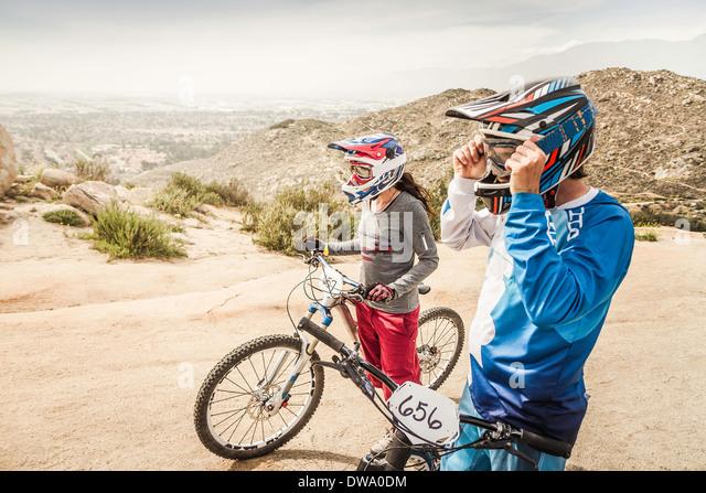 Männliche und weibliche Mountainbiker am Rennen Startlinie, Fontana, Kalifornien, USA Stockbild