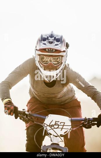 Junge Frau racing auf Mountainbike, Fontana, Kalifornien, USA Stockbild