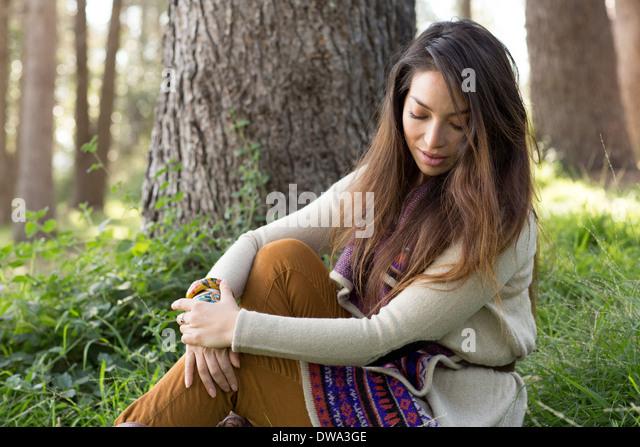 Porträt der jungen Frau im Wald, auf der Suche nach unten Stockbild