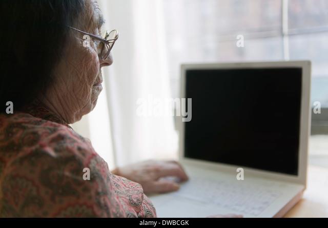 Ältere Frau mit laptop Stockbild