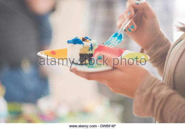 Nahaufnahme von Teenager-Mädchen Essen Stück Geburtstagstorte Stockbild