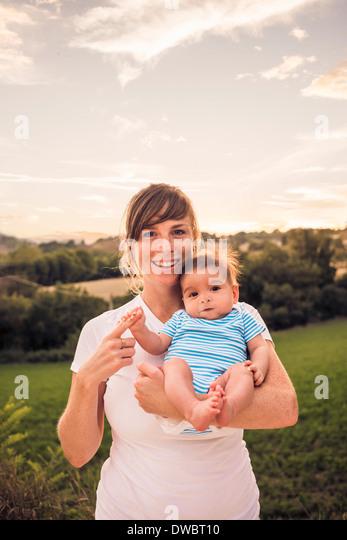 Porträt von Babymädchen Mütter Finger greifen Stockbild