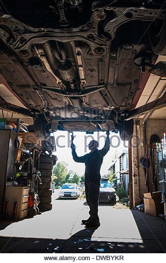 Gesamte Länge der Mechaniker arbeiten in Autowerkstatt Stockbild